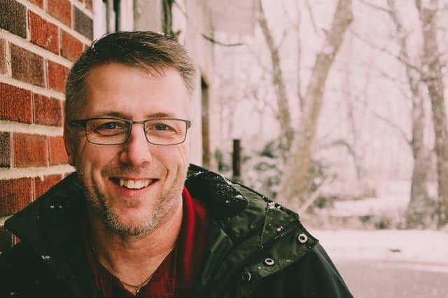 Homem sorrindo com roupa de frio