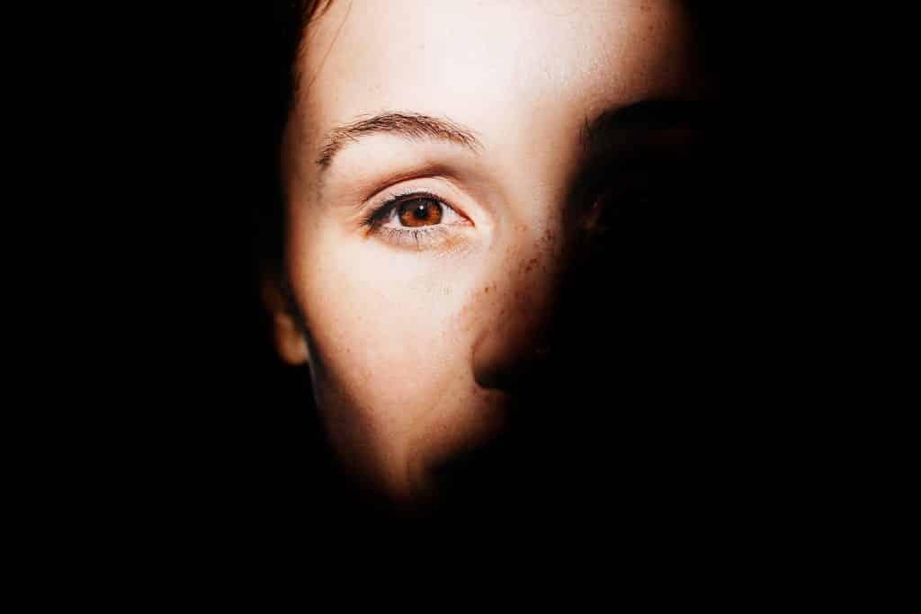 Rosto de uma mulher sendo iluminado