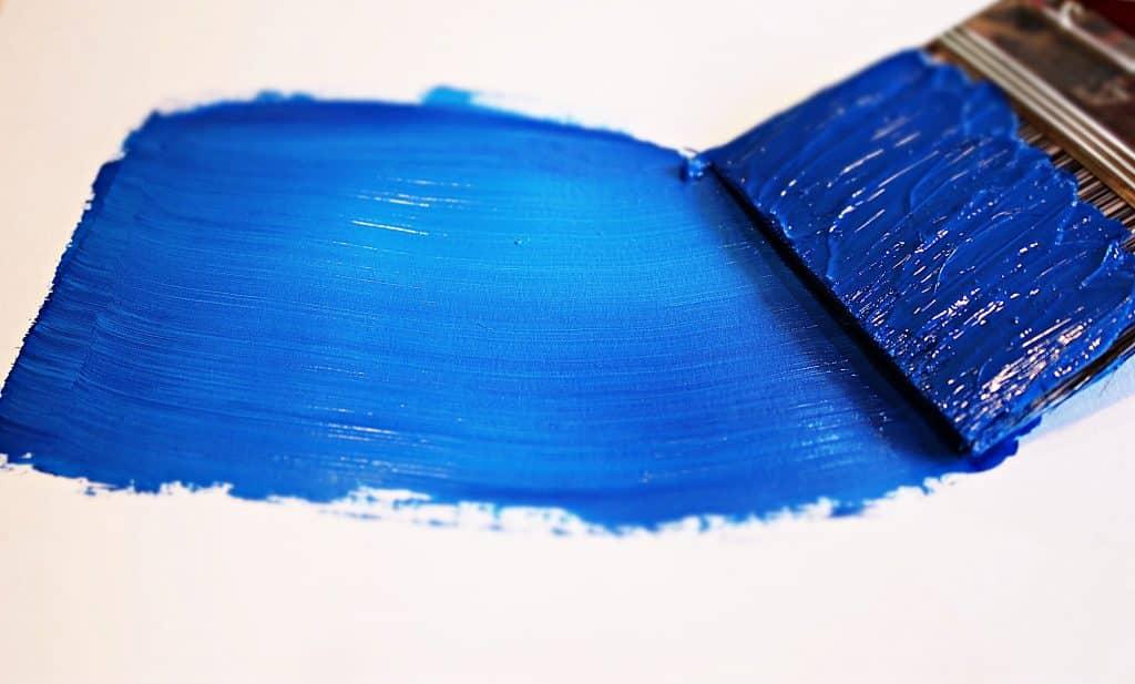 Pincel com tinta na cor azul