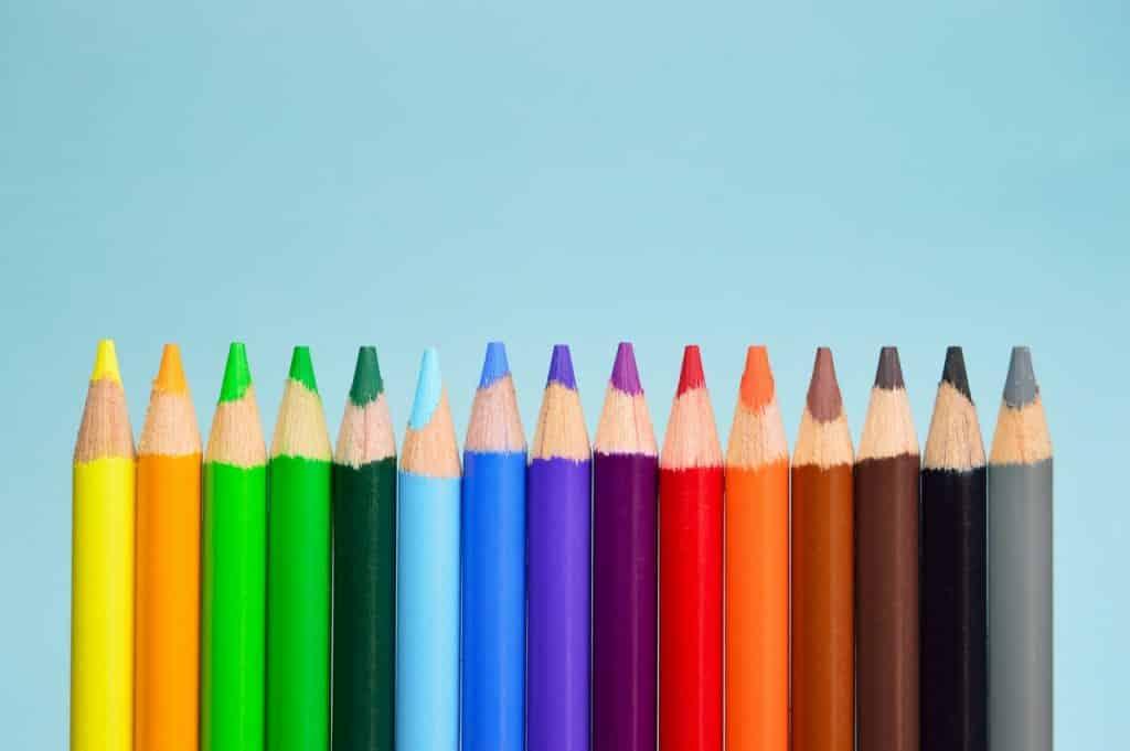 Quinze lápis de diferentes cores.