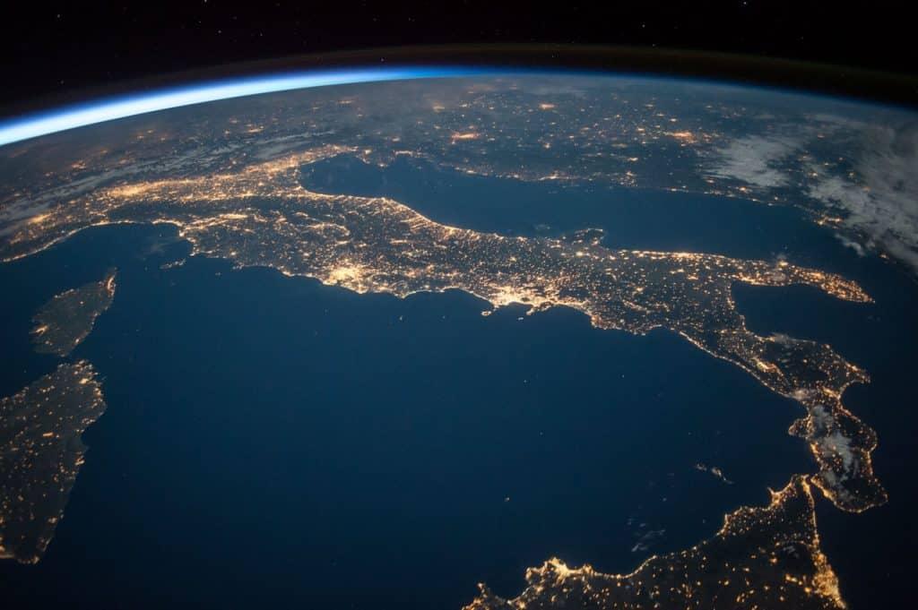 Foto de uma parte do planeta Terra, onde está noite, vista do espaço.