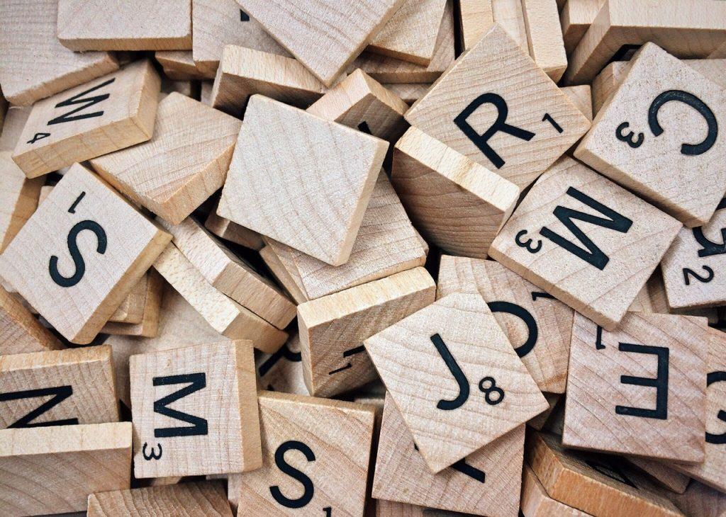 Cubos de madeira com letras amontoados.