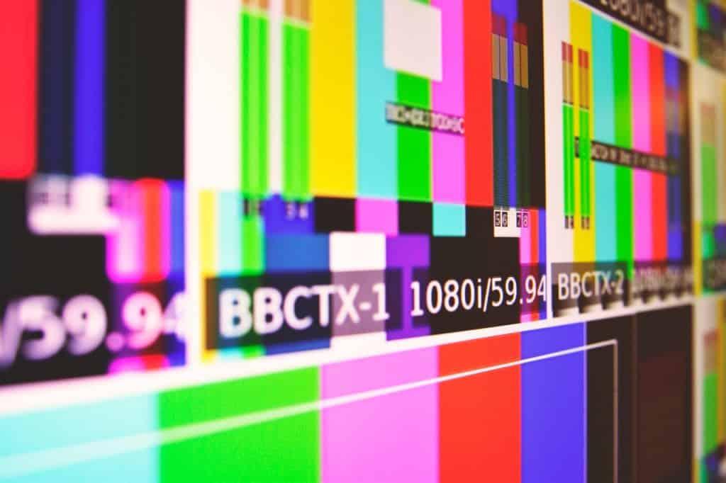 Foto ampliada de uma tela de televisão ligada, porém fora de sinal.