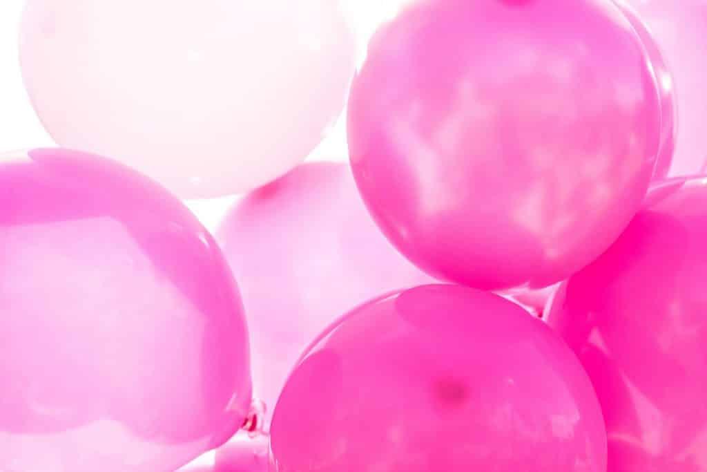 Imagem de vários balões na cor rosa, nos tons mais claros e escuros.