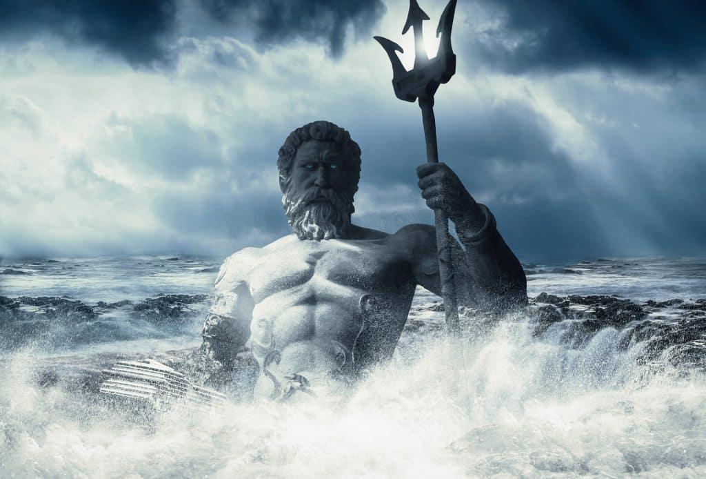 Imagem de poseidon como um homem forte, segurando um tridente em meio a um mar agitado.