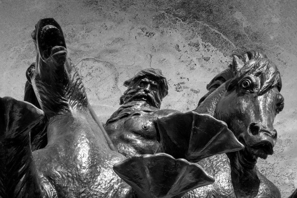 Estátua de poseidon como um homem e duas cabeças de cavalo.