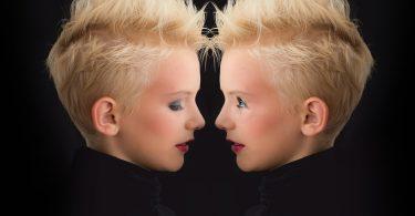 Imagem de uma pessoa refletindo no espelho. É uma mulher com o ego alto e está agindo de forma prepotente.