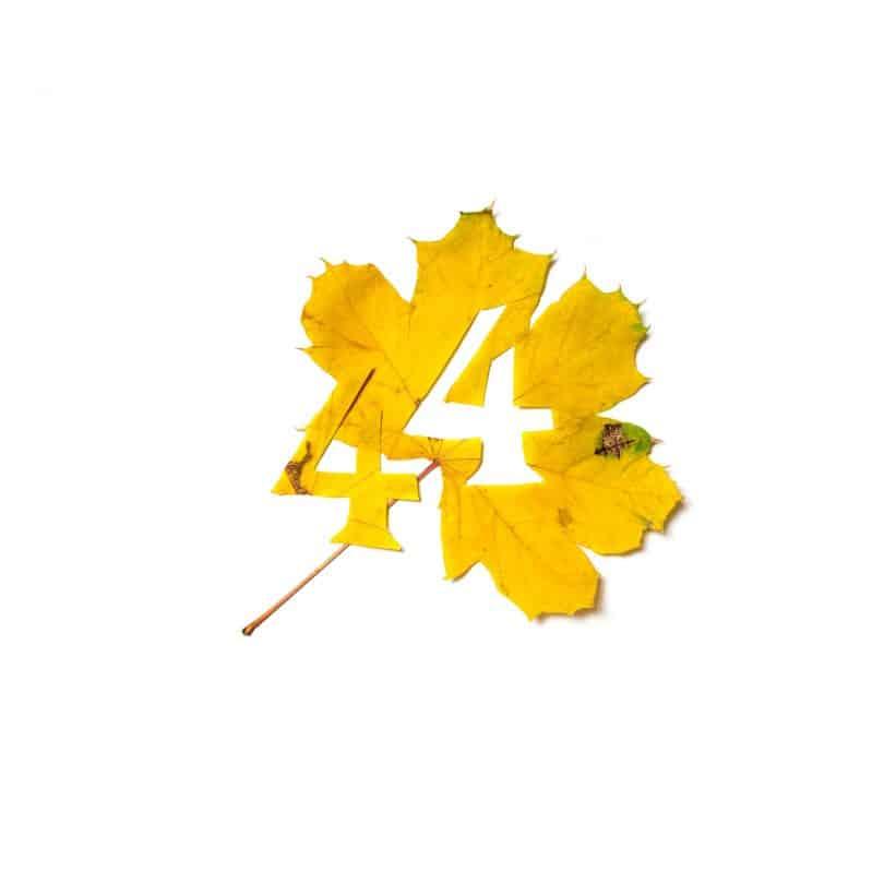 Número quatro recortado de uma folha amarela.