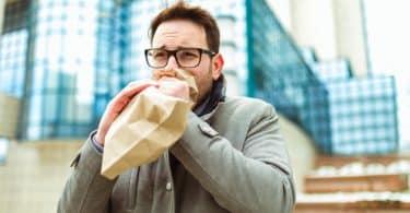 Homem com saco de papel respirando