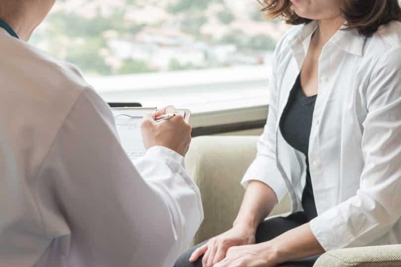 Médico e paciente conversando