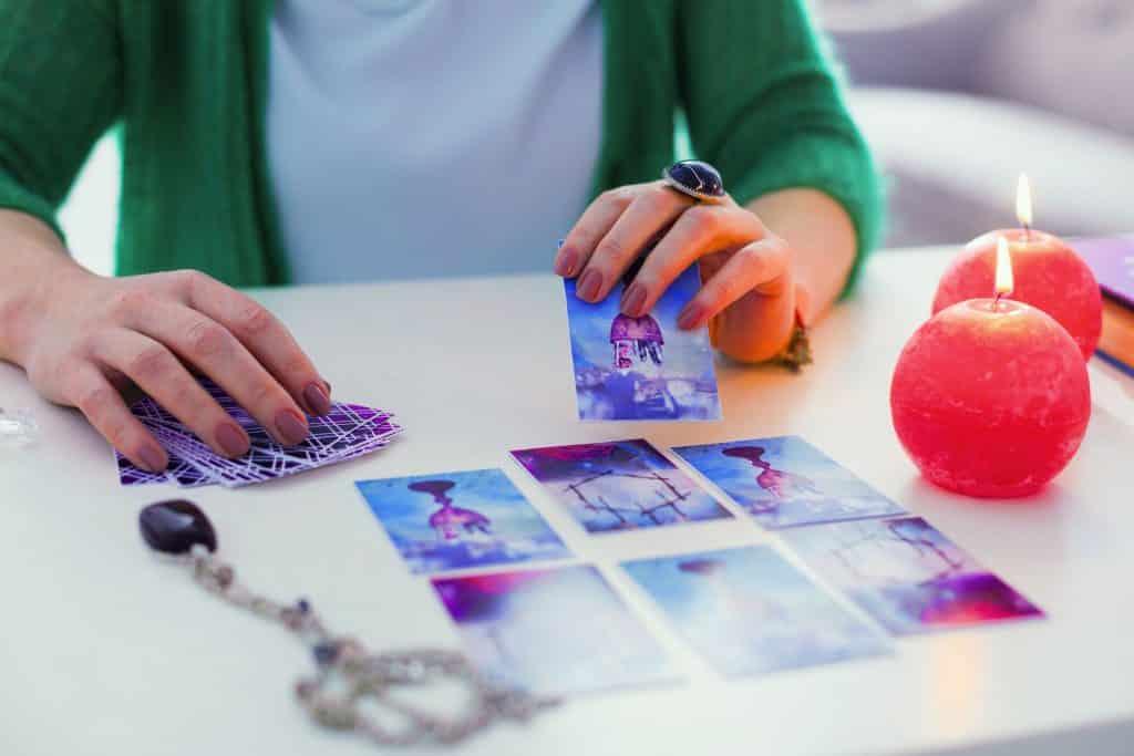 Mulher segurando cartas de tarot