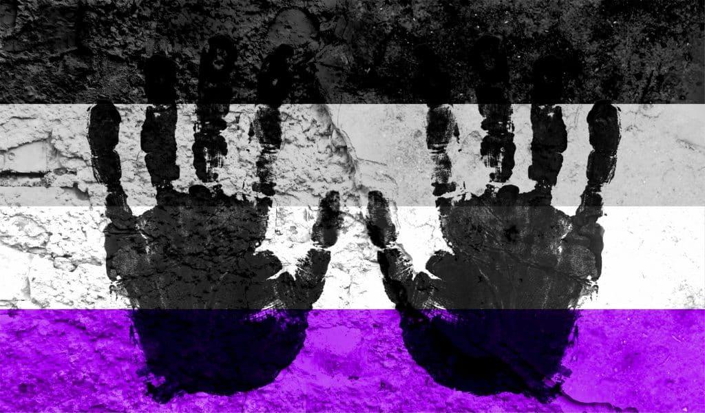 Bandeira assexual com marcas de mãos em tinta preta.