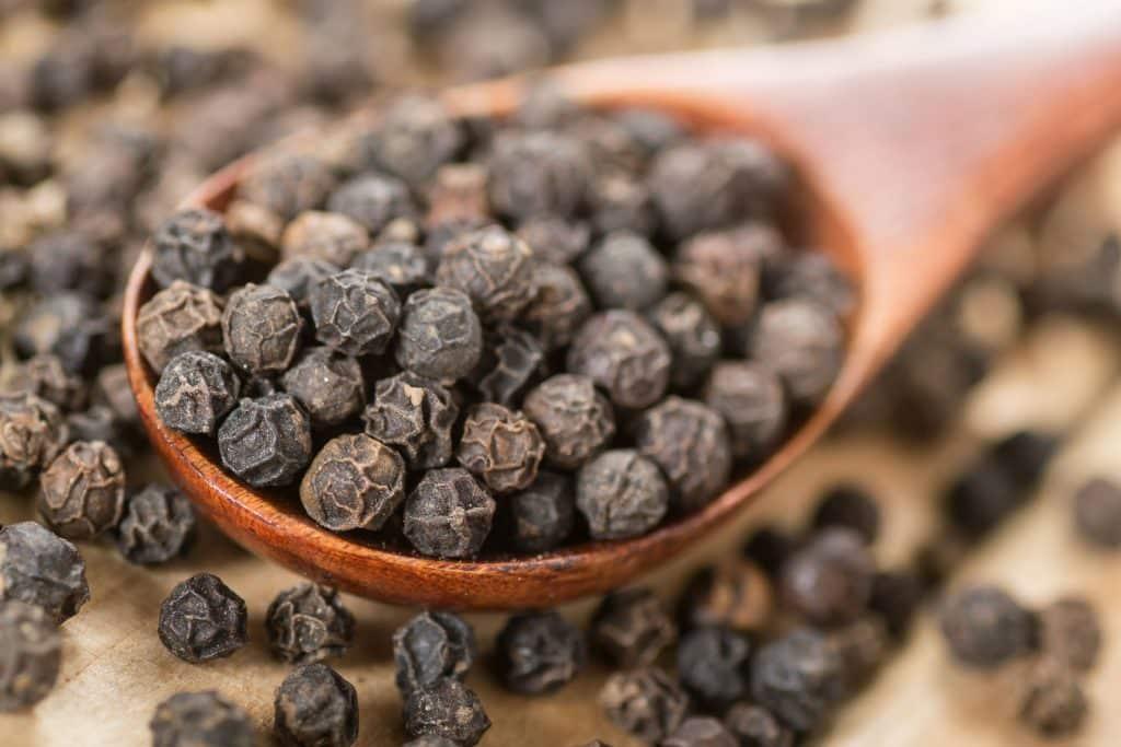 Pimenta preta em uma colher
