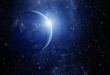 Planeta Terra com um reflexo de luz.