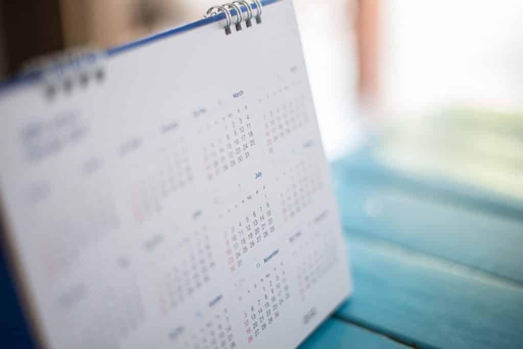 Calendário em uma mesa