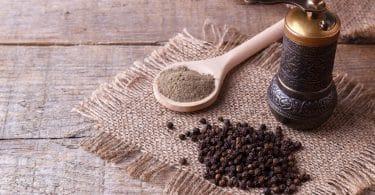Pimenta do reino em semente e triturada