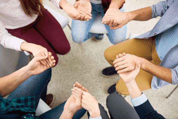Grupo de pessoas de mãos dadas vistas de cima