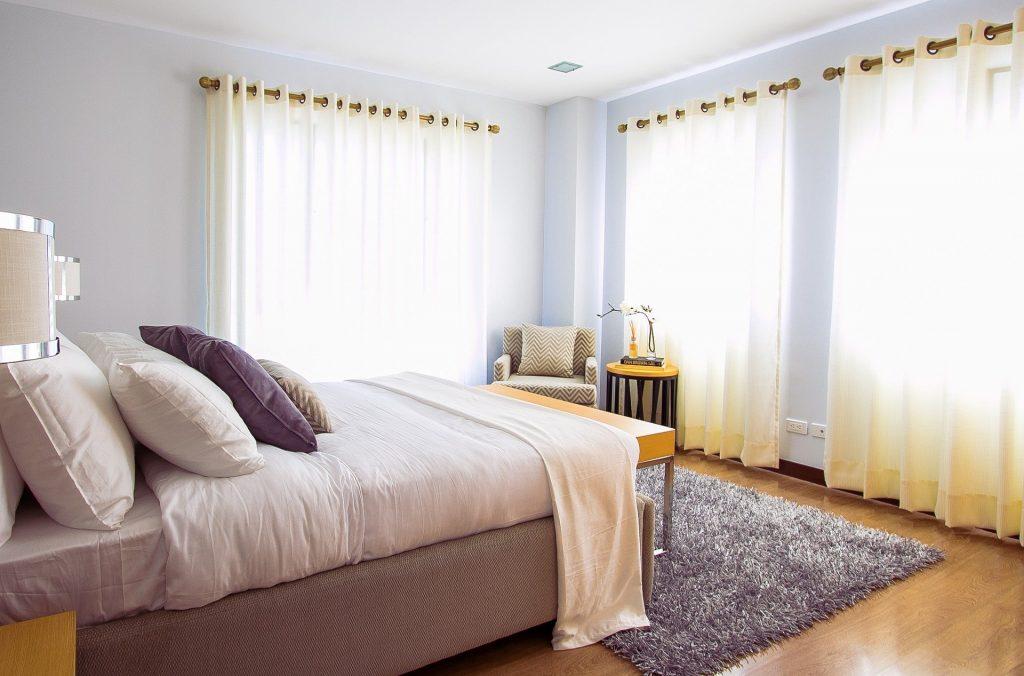 Imagem de um lindo e harmonioso quarto. Uma cama de casal com um bom colchão para evitar e ajudar no combate a insônia, promovendo um sono tranquilo.