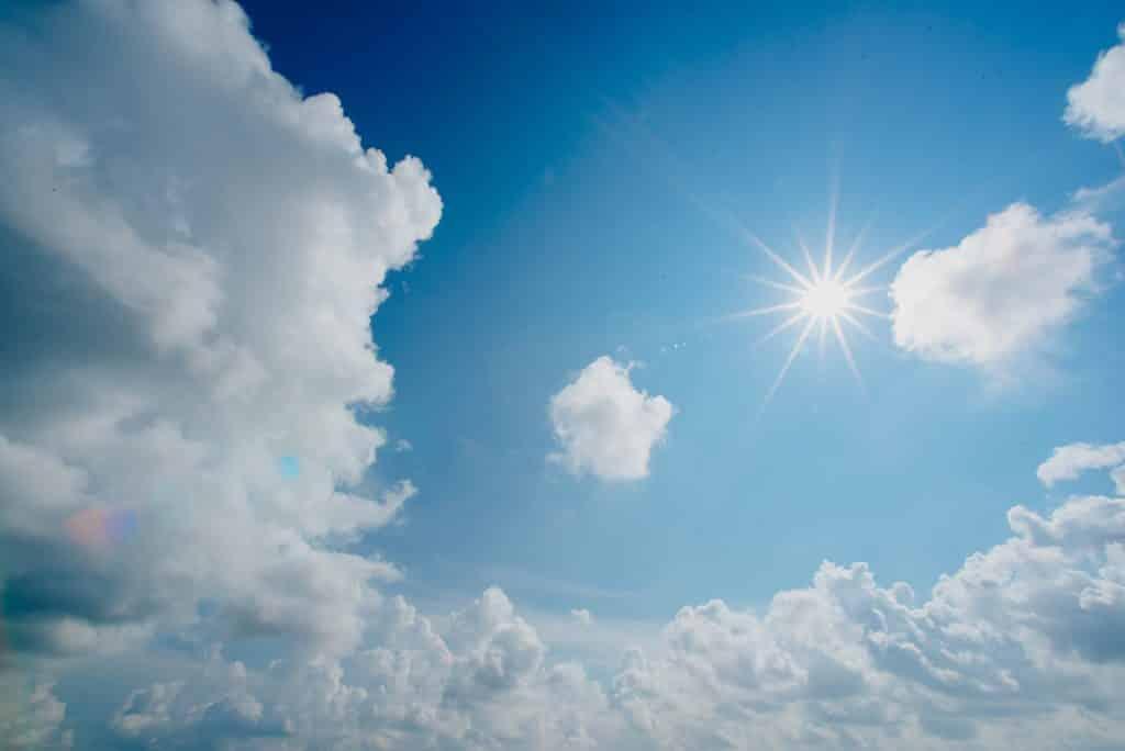 Sol brilhante ao lao de nuvens