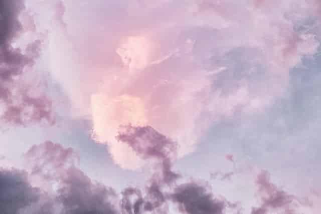 Céu com nuvens violeta, azul e rosa
