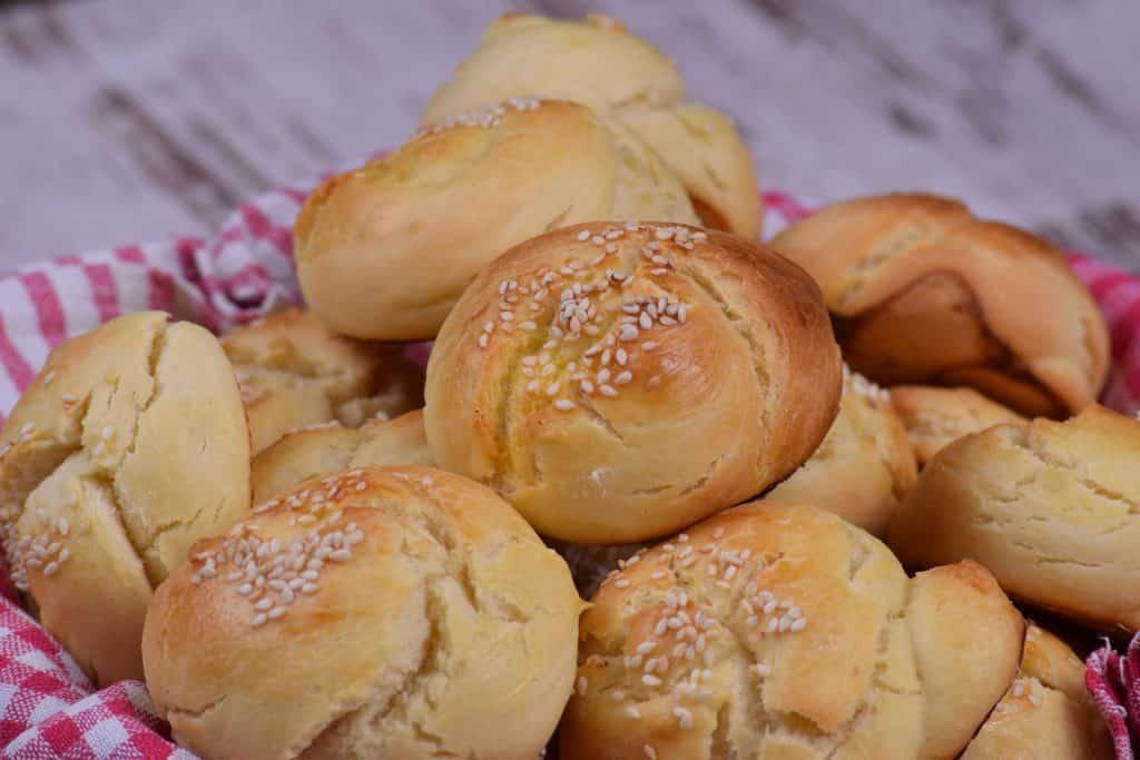 Imagem de um cesto de pães feitos em casa.