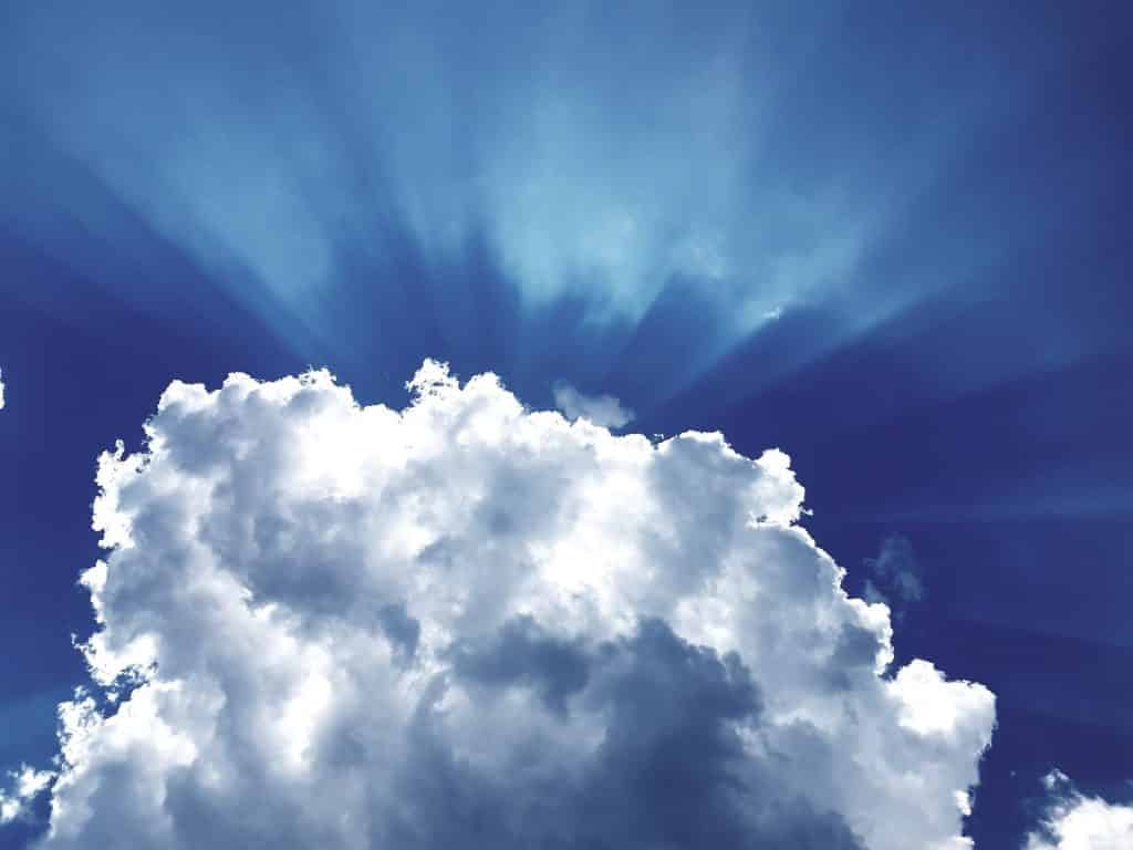 Nuvens num céu azul.