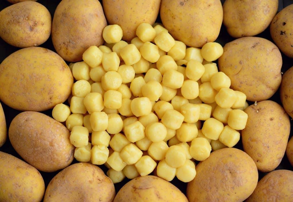 Bolinhas de nhoque no meio de diversas batatas.