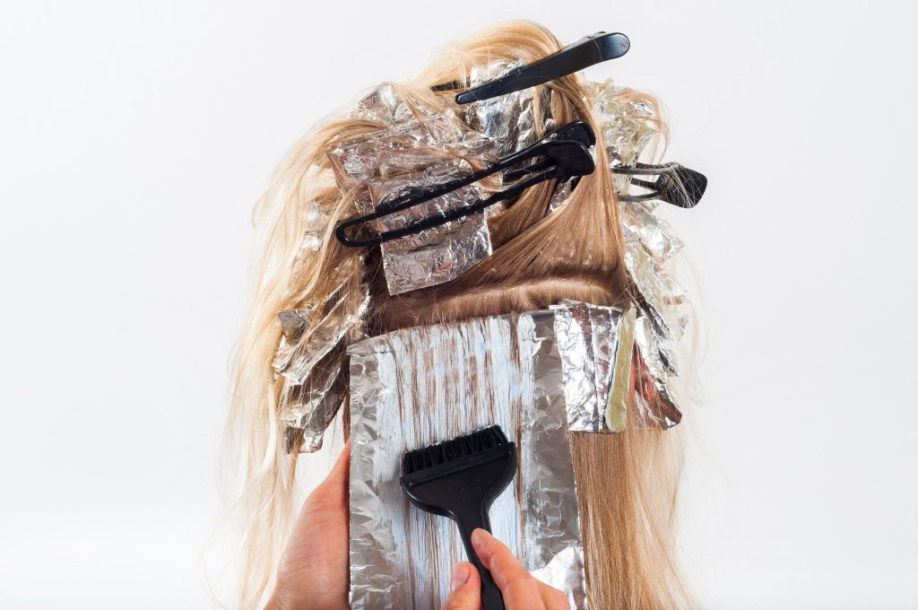 Imagem de um cabelo louro sendo tratado e cuidado em casa.