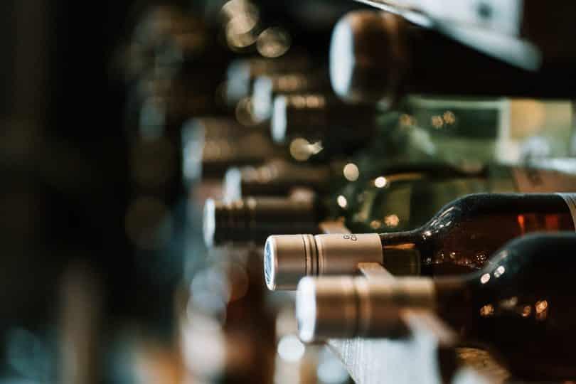 Vários tipos de vinhos um ao lado do outro