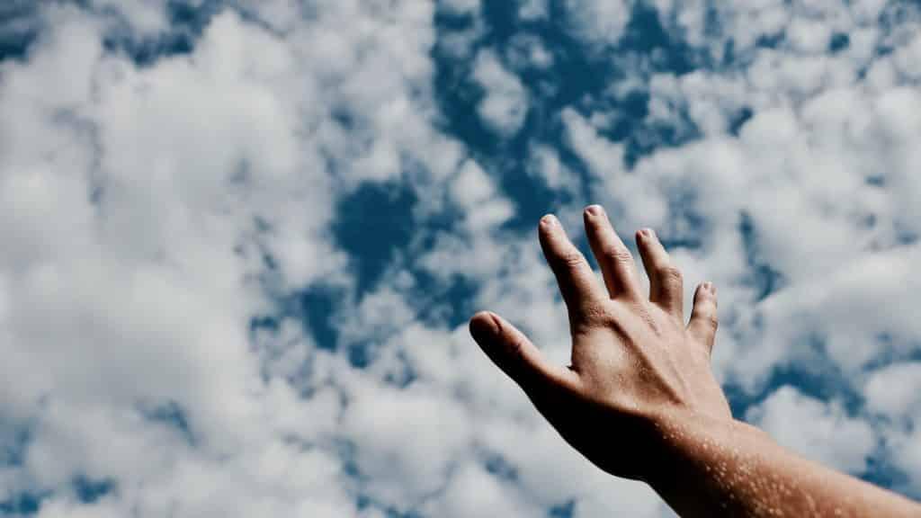 Mão em direção ao céu