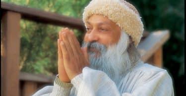 Líder Osho com as mãos unidas em frente ao rosto, em sinal de oração.