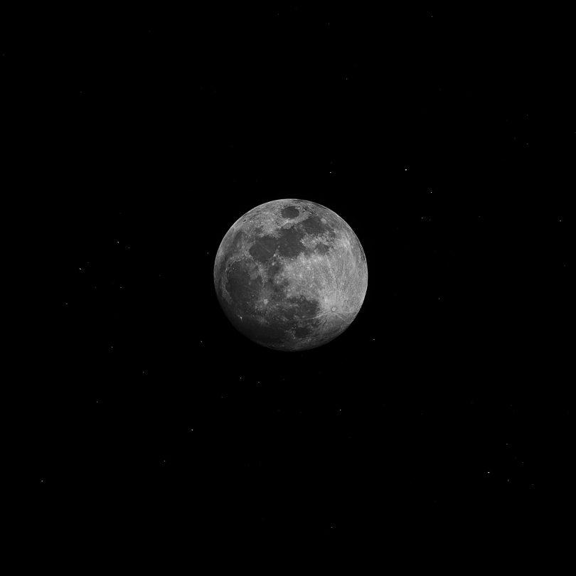 Lua e estrelas brilhantes no céu