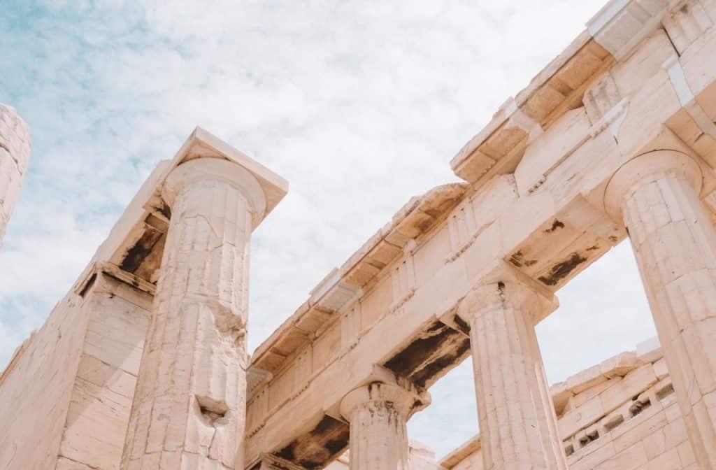 Pilastras e construções antigas.