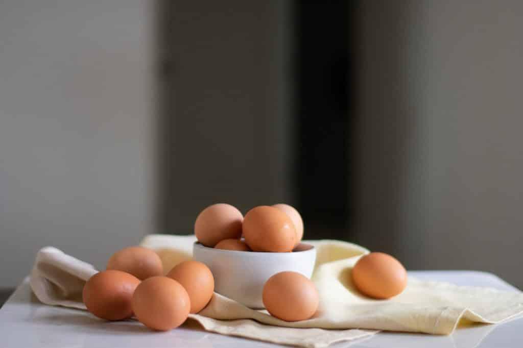 Tigela com ovos marrons dentro e ao redor.