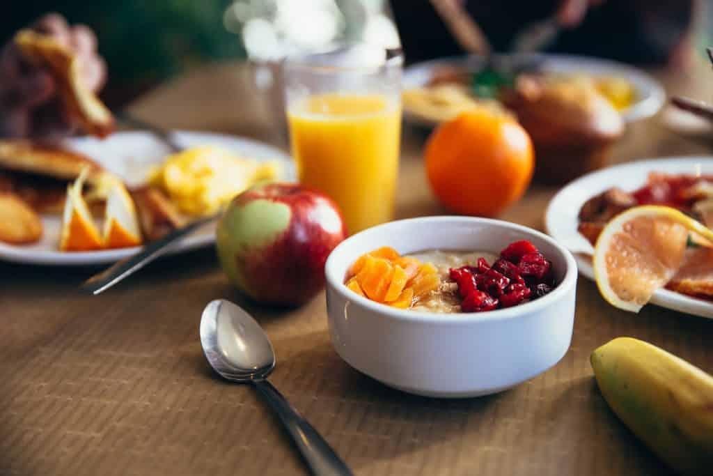 Mesa com alimentos saudáveis de café da manhã