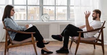 Homem conversando com psicóloga em um consultório