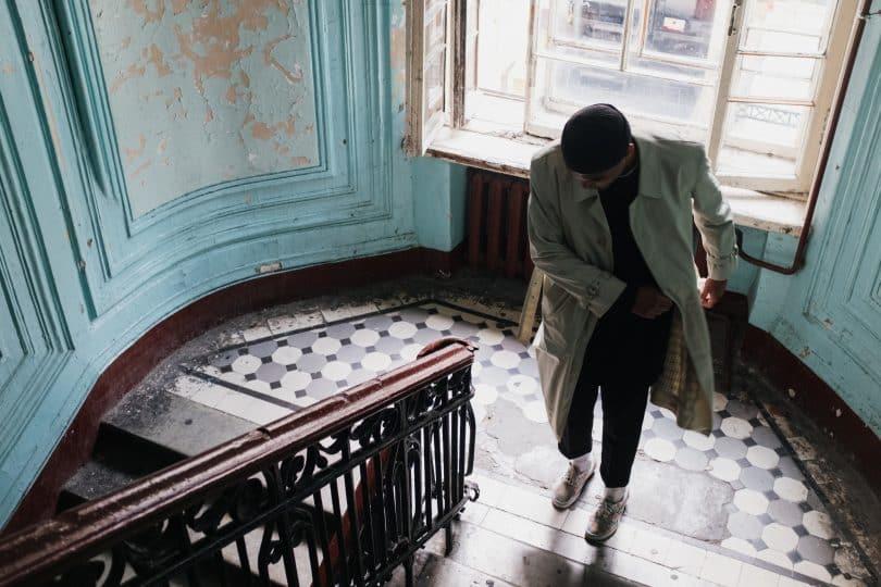 Homem em frente a degraus de uma escada
