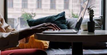 Homem digitando em um notebook