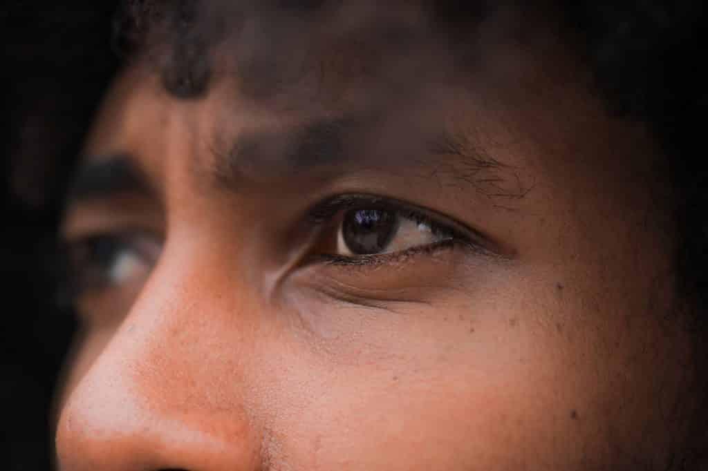 Olhos de uma pessoa pensativa, vistos de perto.
