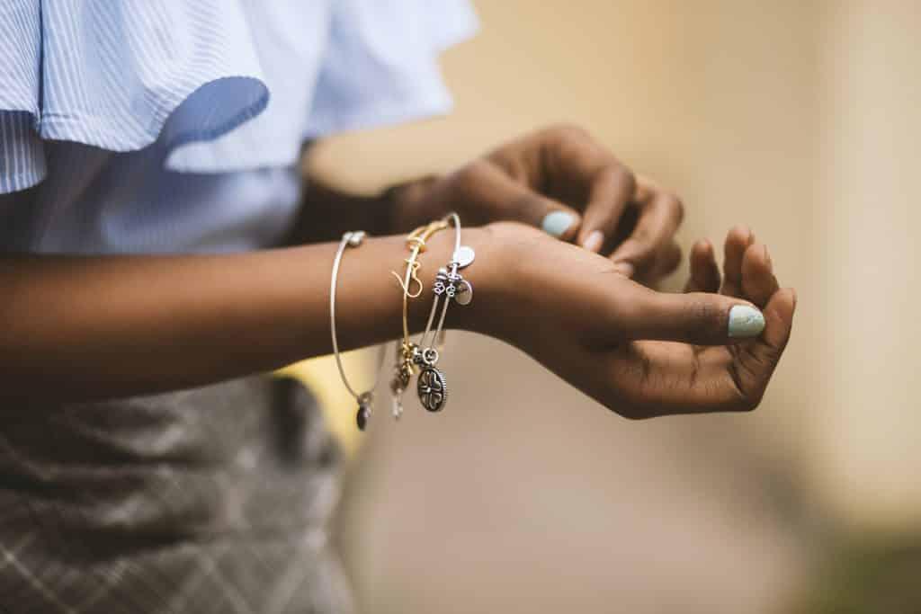 Mulher usando pulseiras