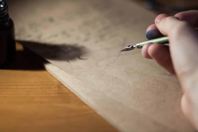 Pessoa escrevendo uma carta