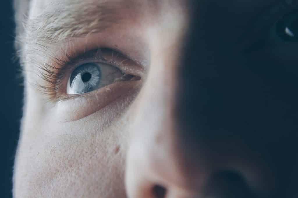 Olhos e nariz de um homem vistos de perto.