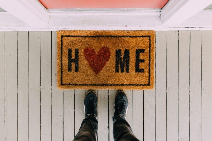 Homem em frente ao tapete de casa