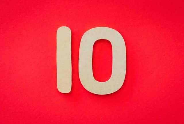 Número 10 de papelão em fundo vermelho