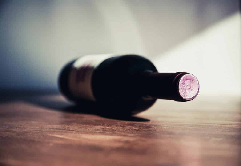 Garrafa de vinho deitada na mesa