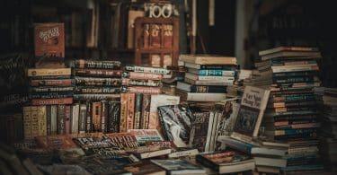 Livros empilhados em uma biblioteca