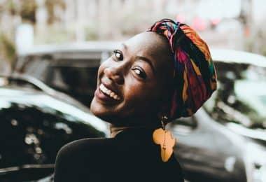 Mulher sorrindo e olhando para trás