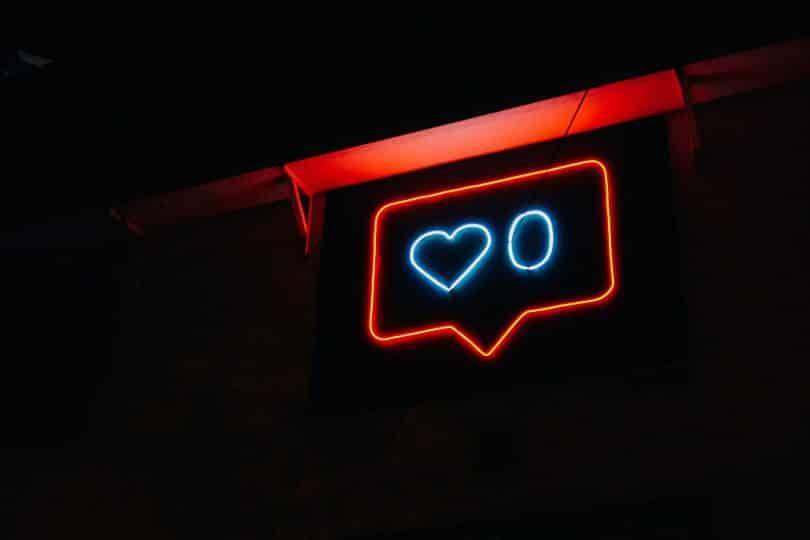 Símbolo do instagram de likes em luzes de neon