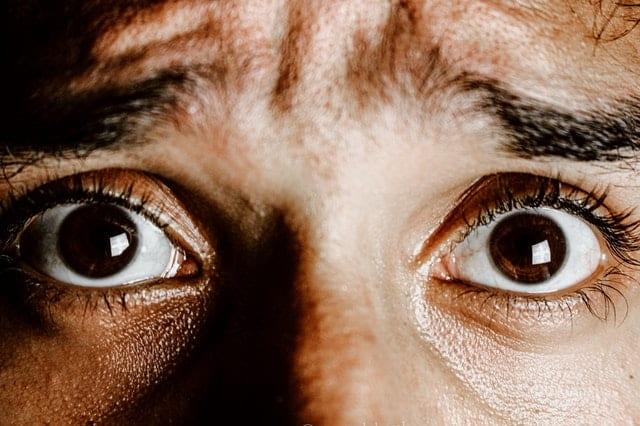Olhos vistos de perto com expressão de medo