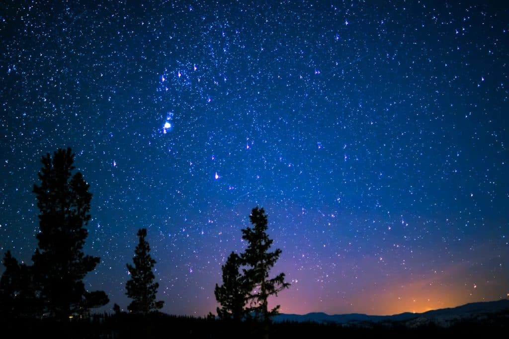 Foto de um céu noturno estrelado.